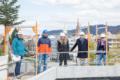 von links nach rechts: 2 Männer, in der Mitte eine Frau und rechts 1 Mann und eine Frau stehen auf der Baustelle in Freiburger Goethestraße, mit Kirchen im Hintergrund