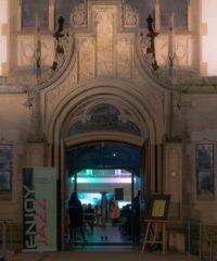Kirchenportal mit Sicht auf die Veranstaltung Enjoy Jass im Inneren der Kirche