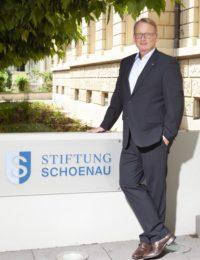 Der geschäftsführende Vorstand Ingo Srugalla Steht vor dem Gebäude der Stiftung Schönau