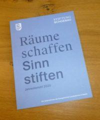 Jahresbericht 2020 der Stiftung Schönau liegt auf einem Holztisch