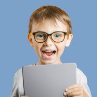 Ein Junge erzählt begeistert von seinen Erlebnisen bei der Waldpädagogik
